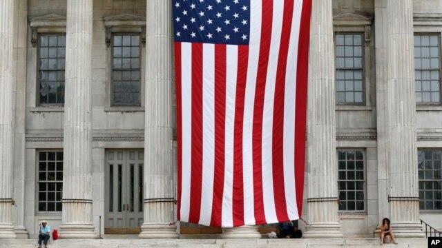 Quốc kỳ Mỹ treo tại Tòa thị chính Brooklyn.