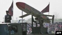 Phi đạn Ra'ad của Pakistan, có khả năng mang đầu đạn hạt nhân, trong cuộc diễu binh ở thủ đô Islamabad
