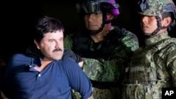 "Joaquin ""El Chapo"" Guzman dikawal menuju helikopter oleh tentara-tentara Meksiko di hangar pesawat federal di Mexico City, 8 Januari 2016."