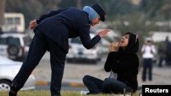 تصویر آرشیوی از برخورد پلیس بحرین با زینت الخواجه