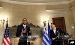 ປະທານາທິບໍດີໂອບາມາ ແລະນາຍົກລັດຖະມົນຕີກຣີສ ທ່ານ Alexis Tsipras ພວມຖະແຫຼງຂ່າວ ຮ່ວມກັນ ທີ່ Maximos Mansion ໃນນະຄອນຫຼວງ ເອເທັນ.