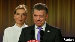Presiden Kolombia Juan Manuel Santos, didampingi istrinya Maria Clemencia de Santos, berbicara kepada media di Bogota setelah mendapatkan Hadiah Nobel Perdamaian (7/10). (Reuters/John Vizcaino)