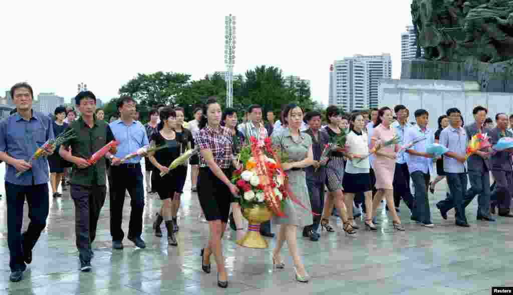 북한 주민들이 광복 72주년을 맞아 김일성·김정일 부자 동상을 헌화하기 위해평양 만수대 언덕을 찾았다.