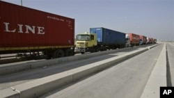 A line of Israeli trucks waits on the Israeli side of the Karni cargo crossing between Israel and the Gaza Strip, 19 Mar 2007 (file photo)