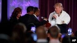 """""""Quiero ayudarles a construir y reconstruir Detroit"""", dijo. """"Yo entiendo completamente que la comunidad afroamericana ha sufrido discriminación y hay muchos agravios que deben ser corregidos""""."""