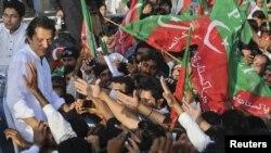 جنوبی وزیرستان کی طرف جانے والی عمران خان کی احتجاجی ریلی (فائل فوٹو)