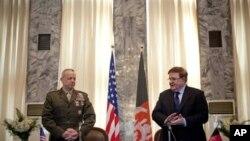 Komandan NATO dan tentara AS di Afghanistan, Jendral John Allen (kiri) dan Menteri Pertahanan Afghanistan Jendral Abdul Rahim Wardak di Kabul (9/3).