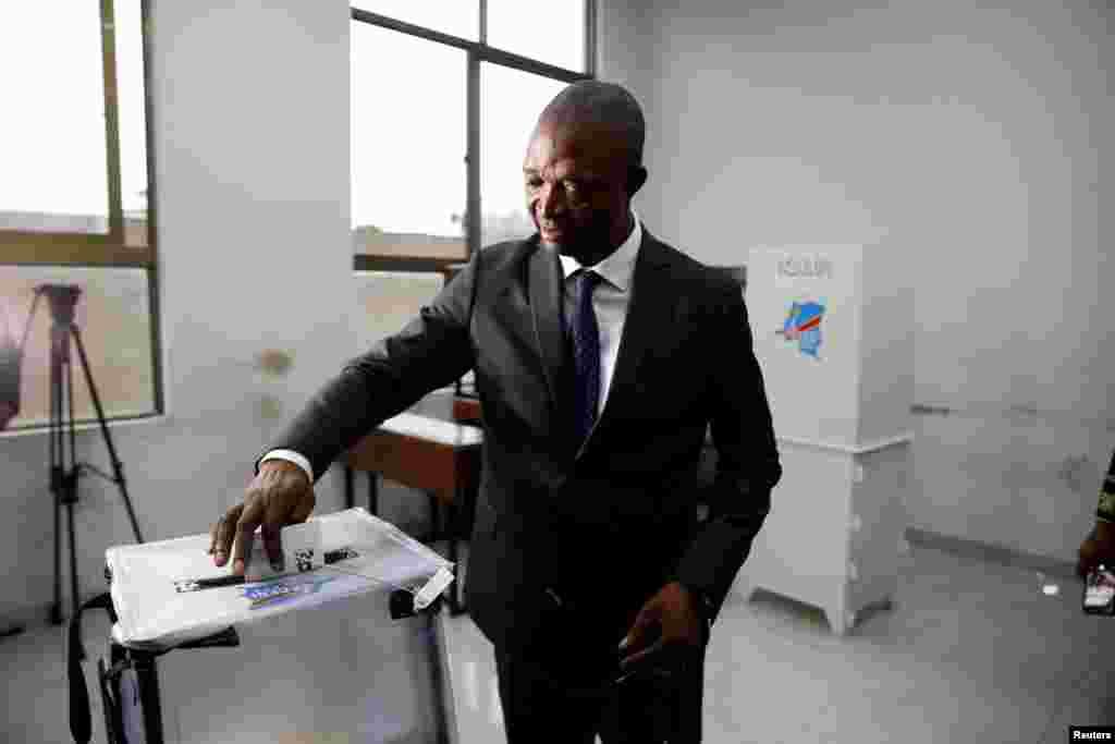 Emmanuel Ramazani Shadary, mgombea kiti cha rais kwa niuaba ya muungano unaotawala akipiga kura yake mjini Kinshasa. Jamhuri ya Kidemokrasia ya Kongo, Dec. 30, 2018.