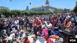 Nhiều nghìn khán giả Mỹ đến trước Toà Thị chính San Francisco xem trực tiếp truyền hình trận Mỹ-Bỉ trong World Cup 2014 (Ảnh: Bùi Văn Phú)