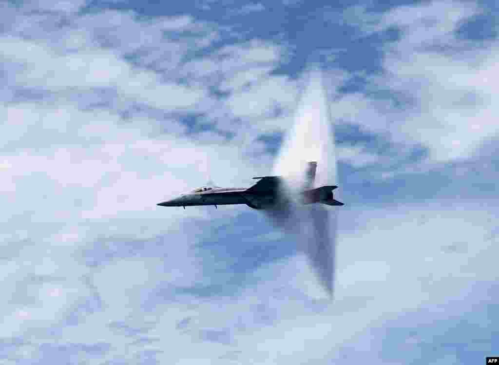 យន្តហោះចម្បាំង F/A-18E Super Hornet ដែលរដ្ឋាភិបាលប្រគល់ឲ្យកងកម្លាំង Tomcatters របស់អាមេរិកធ្វើការបំបែករបាំងសំឡេងនៅពីលើនាវាដឹកយន្តហោះ USS George H.W. Bush ក្នុងពេលបង្ហាញកម្លាំងអាកាសមួយនៅលើមហាសមុទ្រអាត្លង់តិច។