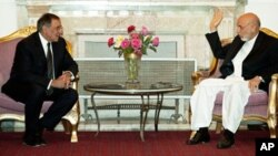 아프가니스탄을 방문해 하미드 카르자이 대통령과 회담을 나누는 파네타(좌) 미 국방장관