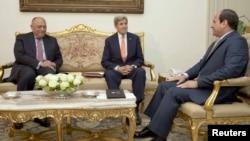 Le président égyptien Abdel Fattah al-Sissi, à droite, rencontre le secrétaire d'Etat américain John Kerry, au centre, en présence du ministre égyptien des Affaires étrangères Sameh Shoukry, au palais présidentiel au Caire, en Egypte, le 20 avril 2016.