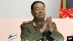 지난 2012년 7월 18일 북한 평양에서 열린 인민회의에서 김정은을 국방위원회 제1위원장으로 추대하기로 결정한 가운데, 현영철이 박수를 치고 있다. (자료사진)