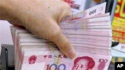 香港某外汇兑换店的职员点算一把百元人民币。(资料照)