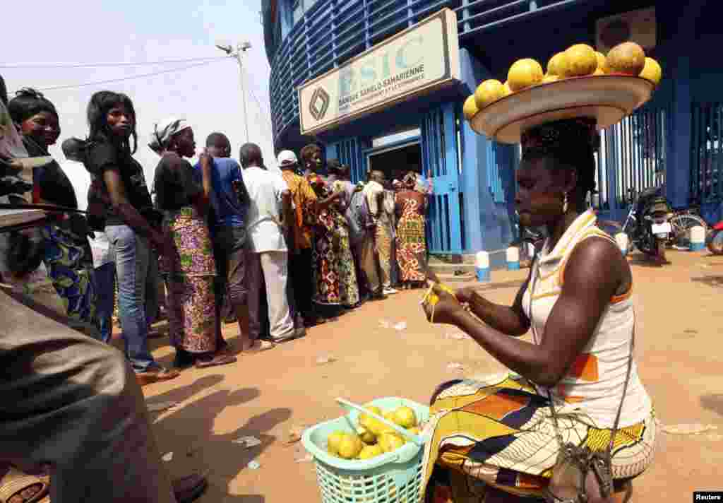 People wait in line at the BSIC bank in in Bangui, Central African Republic, December 31, 2012.