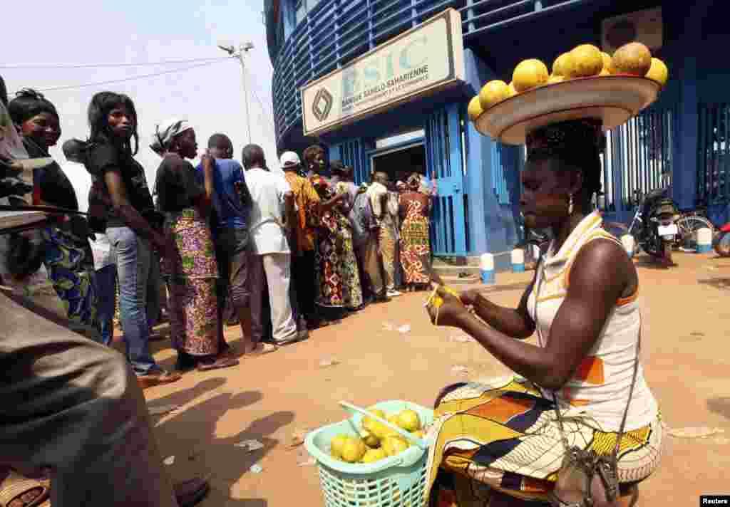Des clients attendant à la banque BSIC à Bangui
