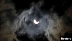 بوسنیا میں نظر آنے والے سورج گرہن کی ایک تصویر