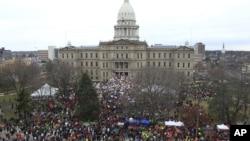 Ribuan warga berkumpul di gedung DPRD Michigan, memprotes RUU hak untuk bekerja. (AP/Carlos Osorio)