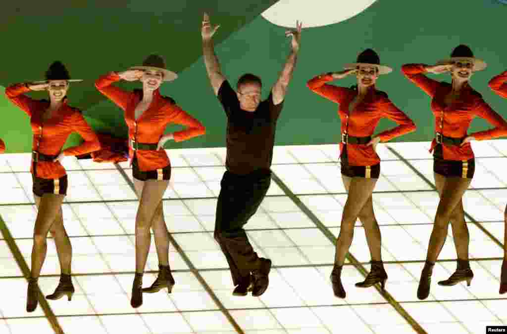 "Robin Williams (C) sings the nominated song ""Blame Canada"" from the movie ""South Park: Bigger, Longer and Uncut"" during the Academy Awards, March 26, 2000."