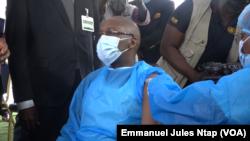 Le Ministre de la santé publique Malachie Manaouda recevant sa première dose de vaccin contre le Covid-19 à Yaoundé, le 11 avril 2021.(VOA/Emmanuel Jules Ntap)