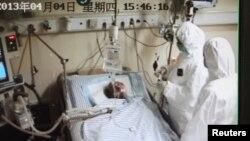 Seorang pasien tengah dirawat di sebuah rumah sakit di Hangzhou, provinsi Zhejiang, China, akibat terjangkit virus flu burung H7N9, 4 April 2013 (Foto: dok). Seorang warga Indonesia dilaporkan tengah dalam keadaan kritis dan dirawat di sebuah rumah sakit di Hong Kong akibat terjangkit virus ini, Senin malam (2/12).