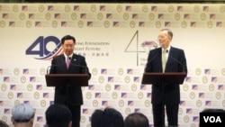 """台灣外交部長吳釗燮(左)3月19日與美國在台協會處長酈英傑舉行聯合記者會,宣布成立""""印太民主治理諮商""""對話機制。 (美國之音海倫拍攝)"""