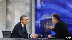 "Predsednik Obama razgovara sa voditeljem Džonom Stjuartom na snimanju emisije ""Daily show"" 27. oktobra 2010."