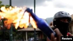 Un manifestante sostiene una bomba molotov durante un enfrentamiento con las fuerzas antidisturbios en una protesta contra el gobierno en Caracas, Venezuela. Julio 22 de 2017.