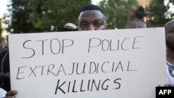 یکی از معترضان تکزاسی به عملکرد پلیس آمریکا علیه سیاهپوستان. روی پلارکارد نوشته شده: قتلهای خودسرانه توسط پلیس را متوقف کنید