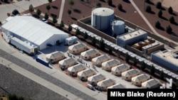 """德克萨斯州一处羁押非法移民儿童的""""帐篷城"""""""