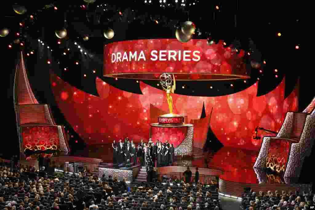 """Tim """"Game of Thrones"""" menerima penghargaan sebagai serial drama terbaik dalam Emmy Awards 2016 (18/9)."""