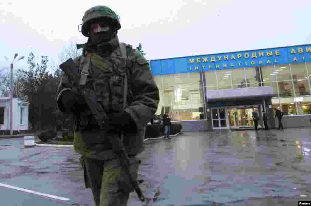 یوکرین کے ایک سرکاری عہدیدار کا کہنا تھا کہ 2000 روسی فوجی سمفروپول کے فوجی اڈے پر پہنچے ہیں۔