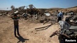 Anggota suku Bedouin di puing-puingnya rumahnya yang dihancurkan otoritas Israel di desa Atir, salah satu dari puluhan komunitas Arab Bedouin di gurun Negev yang tidak diakui oleh pemerintah Israel. (Foto: Dok)