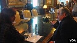 """Hay mejor disposición entre el candidato electo de Uruguay, José """"Pepe"""" Mujica, y la presidenta argentina, Cristina Fernández, para hablar sobre el conflicto por Botnia."""