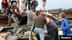 Một nạn nhân được đưa ra từ đống đổ nát của Bệnh viện Moore sau trận lốc xoáy, ngày 20/5/2013.