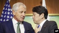 El jefe del Pentágono, Chuck Hagel, conversa en Singapur con el ministro de Defensa japonés, Itsunori Onodera.