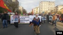 Diyarbakır'da protesto yürüyüşü yapan Kürtler