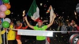 Andrea Marcato, ultra-marathonien italien de 39 ans, qui a remporté la plus longue épreuve à pied au monde en parcourant près de 5.000 km en un mois et demi autour d'un bloc à New York, aux Etats-Unis, le 17 octobre 2021.