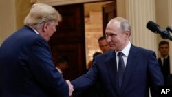 El presidente de EE.UU., Donald Trump, y el presidente de Rusia, Vladimir Putin, se dan la mano al concluir su conferencia de prensa conjunta en el Palacio Presidencial en Helsinki, Finlandia, el lunes 16 de julio de 2018.