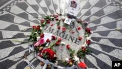 Flores adornan el mosaico Imagine en recuerdo de John Lennon, en la sección Strawberry Fields del Centrral Park de Nueva York, el martes, 8 de diciembre de 2015.