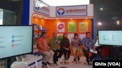 Acara Ngopi Bareng, di kantor Ombusdman RI, Jakarta, Kamis (21/2). Dari Kiri: Alvin Lie (anggota), AmzuliannRifai (Ketua Ombusdman RI), Ninik Rahayu (anggota), Ahmad Alamsyah Saragih (Anggota), Adrianus Eliasta Meliala (Anggota). (Foto: VOA/Ghita).