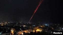 Pasukan pemerintah Suriah menembak ke angkasa sebagai perayaan kemenangan mereka atas pemberontak di Aleppo timur (12/12). (Reuters/Omar Sanadiki)