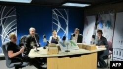 Российские эксперты в Гостях у «Голоса Америки», слева направо: Наталья Ушакова, Михаил Натензон, Гузель Улумбекова, Павел Сигал и Инна Дубинская