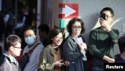 台灣民眾在新台北市的一個投票站排隊投票。(2020年1月11日)