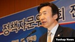 윤병세 한국 외교부 장관이 17일 서울 외교부 청사에서 열린 '2015 정책자문위원회 전체회의'에서 올해 주요 외교성과에 대해 설명하고 있다.