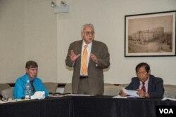 Mục Sư Ernie Sanders góp ý kiến tại Ủy Hội Hoa Kỳ về Tự Do Tôn Giáo Quốc Tế. (Hinh: Khai Nguyen)