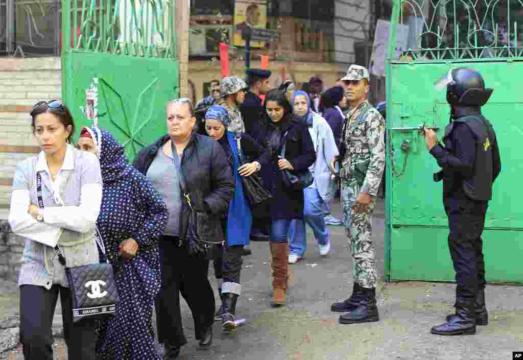 Egyptians stand in line at a polling station as they wait to cast their votes during the parliamentary elections in Cairo, November 29, 2011. (Reuters)