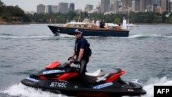 Seorang polisi Australia mengendarai jetski melintas Pelabuhan Sydney, Australia, 9 November 2012.