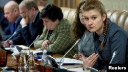 Cô Maria Butina (ngoài cùng bên phải) trong cuộc gặp với các chuyên gia có liên hệ với chính quyền Nga.