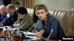 러시아 정부 비밀 요원으로 활동한 혐의로 구속된 마리아 부티나(오른쪽)가 러시아 정부 소속 전문가들의 회의에 참석하고 있다. (자료사진)